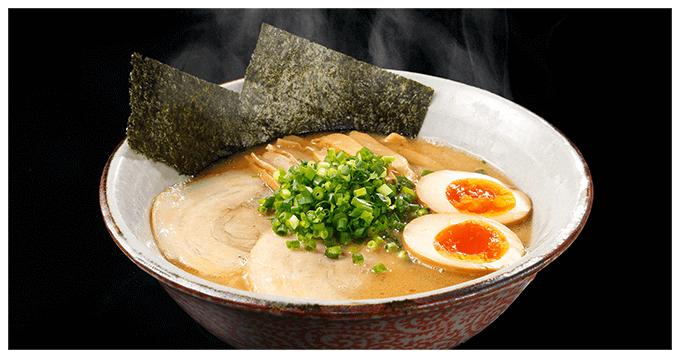 手間を惜しまず炊き上げた鶏白湯スープと、讃岐うどんのような魚介の出汁が見事に合わさった滋味深い味わいのラーメン。